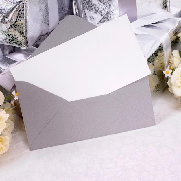 Regalos de boda con invitación o tarjeta de agradecimiento Foto Premium