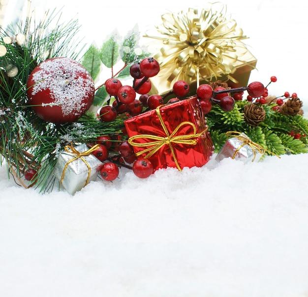 Regalos de navidad y objetos decorativos enclavado en la nieve descargar fotos gratis - Objetos de navidad ...