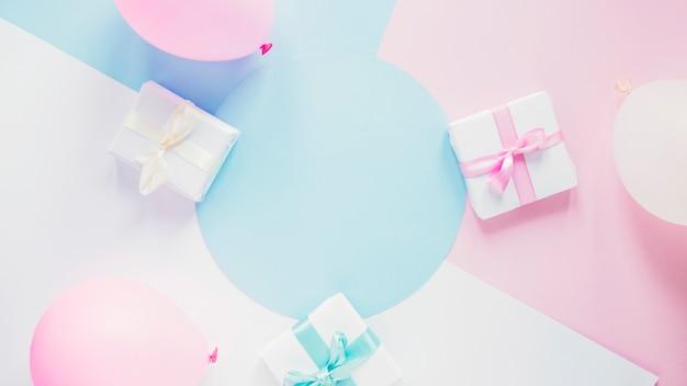 Regalos y globos en colores de fondo Foto gratis