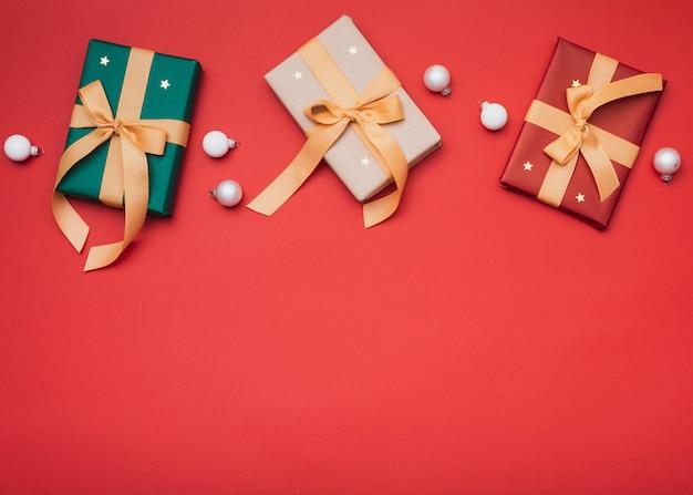 Regalos de navidad con estrellas y espacio de copia Foto gratis