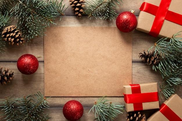 Regalos de navidad y ramas de pino con espacio de copia Foto gratis
