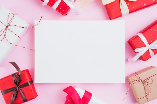 Regalos de san valentín en torno a la hoja de papel. Foto gratis