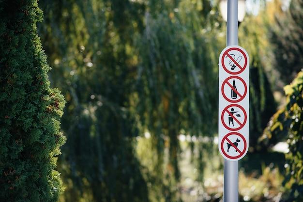 Reglas de conducta y señales en el parque. Foto Premium