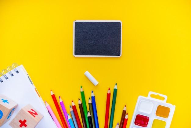 Regreso a la escuela lápices de pizarra bloc de notas adormece abc alfabeto waterolors. Foto Premium