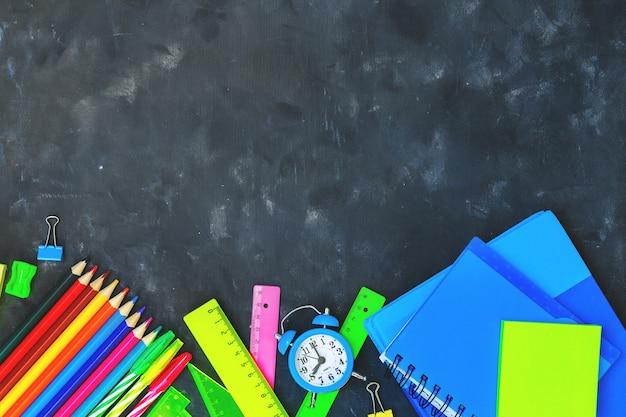 Regreso a la escuela con útiles escolares y papelería. Foto Premium