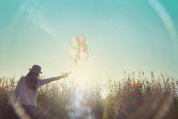 Relajación y viajes concepto de idea de fondo al aire libre. Foto gratis