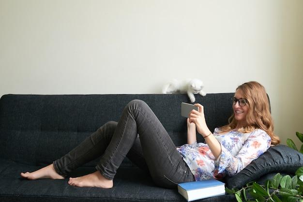 Relajándose en el sofá Foto gratis