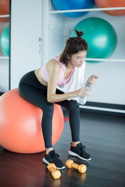 Relajarse después de entrenar en el gimnasio. Foto gratis