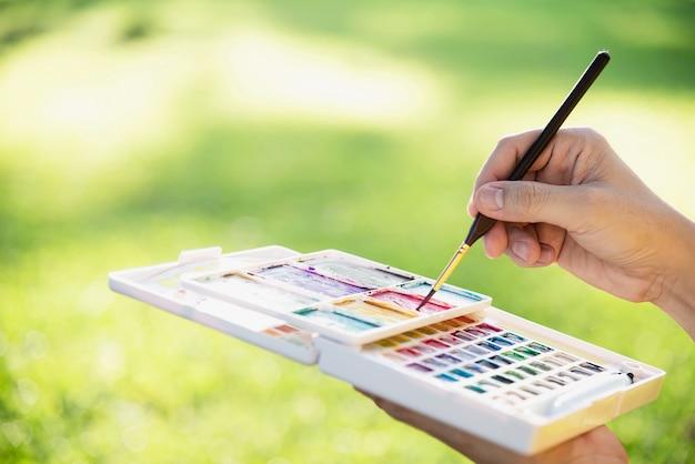 Relajarse mujer pintura obra de arte de acuarela en jardín verde bosque naturaleza Foto gratis
