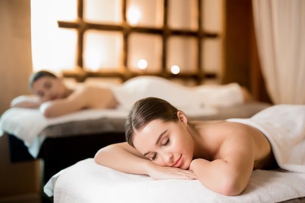Relajarse en el salón de spa Foto gratis