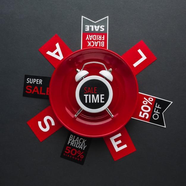 Reloj de alarma de hora de venta de viernes negro en plano Foto gratis