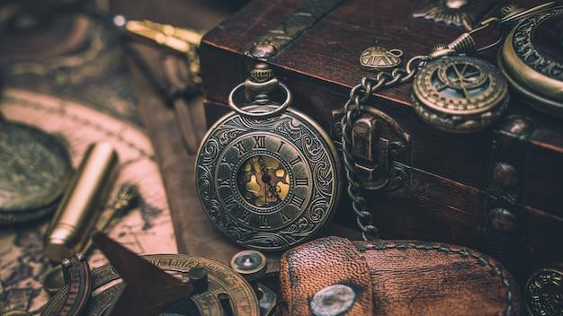 Reloj antiguo con cofre del tesoro Foto Premium