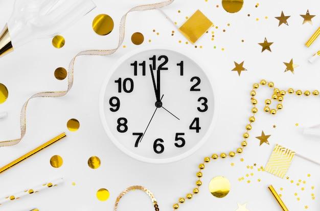 Reloj de celebración de año nuevo 2020 y accesorios Foto gratis
