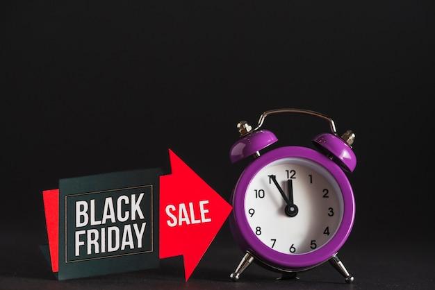 Reloj despertador y venta de tabletas. Foto gratis