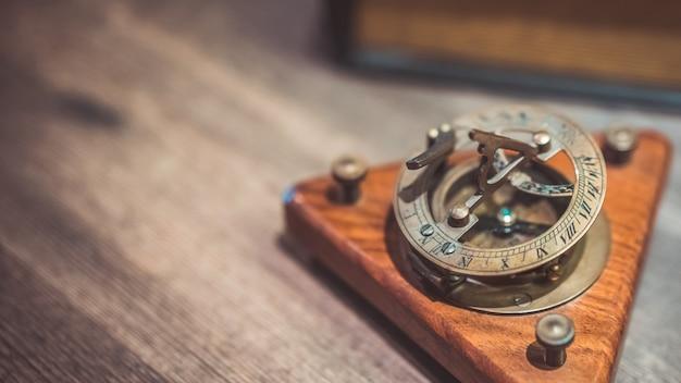 Reloj de sol náutico armilar de bronce vintage Foto Premium