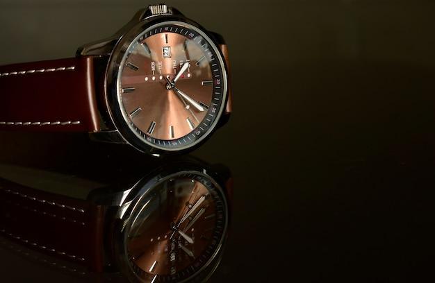 Relojes de lujo en el piso de cristal reflectante Foto Premium