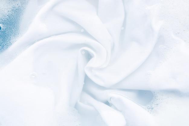 Remoje un paño antes de lavar, fondo de paño blanco Foto Premium