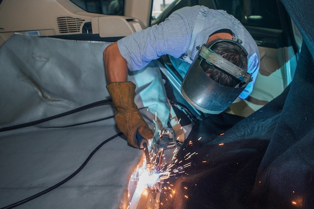 Reparación del interior del coche. Foto Premium