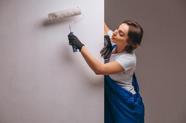 Reparador de mujer con rodillo de pintura aislado Foto gratis