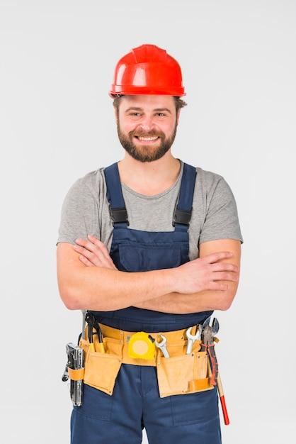 Reparador de pie con los brazos cruzados Foto gratis