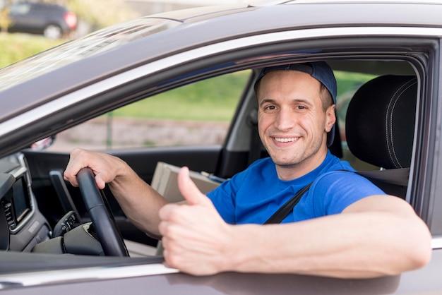 Repartidor feliz en auto Foto gratis