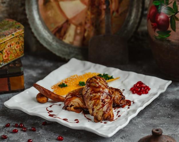 Repollo azerbaiyano dolma repollo hojas rellenas de carne y arroz Foto gratis