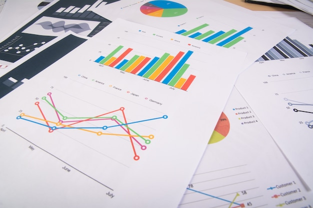 Reporte de negocios. gráficos y gráficos. informes de negocios y montón de documentos. concepto de negocio. Foto gratis