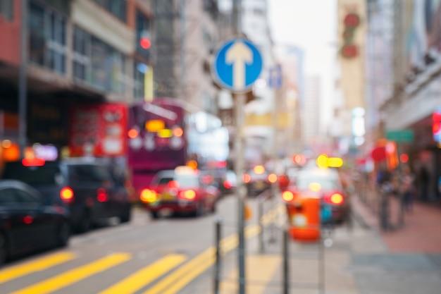 Resumen luz borrosa transporte con señales de tráfico en la calle en hong kong Foto Premium