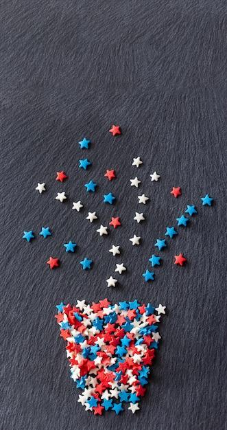 Resumen planta en maceta estrellas forma de confeti. fondo de pizarra de textura. banner web Foto Premium