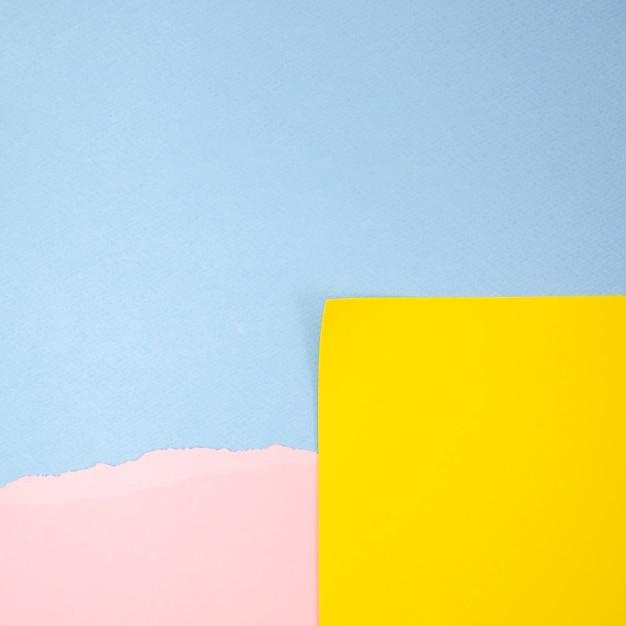 Resumen post-it amarillo y rosa con fondo de espacio de copia azul Foto gratis