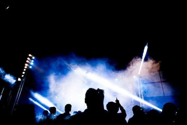 Resumen silueta de fiesta con luz y humo en el momento feliz Foto Premium