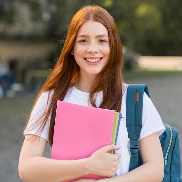 Retrato de adolescente feliz de volver a la universidad Foto gratis