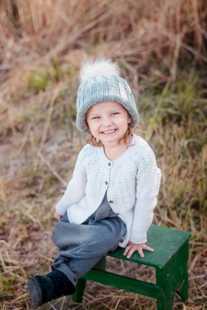 Retrato adorable de la niña pequeña en día hermoso del otoño Foto Premium