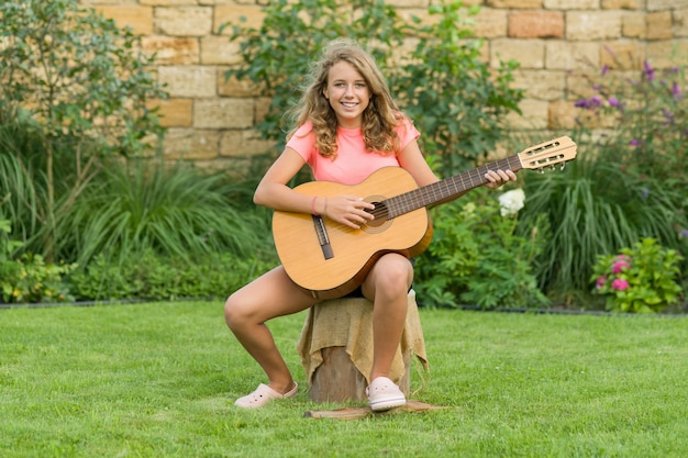 Retrato al aire libre de adolescente con guitarra Foto Premium