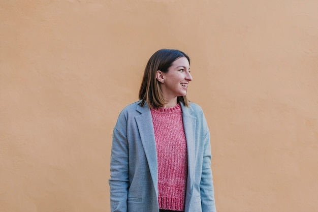 Retrato al aire libre de una joven bella mujer con ropa elegante posando Foto Premium