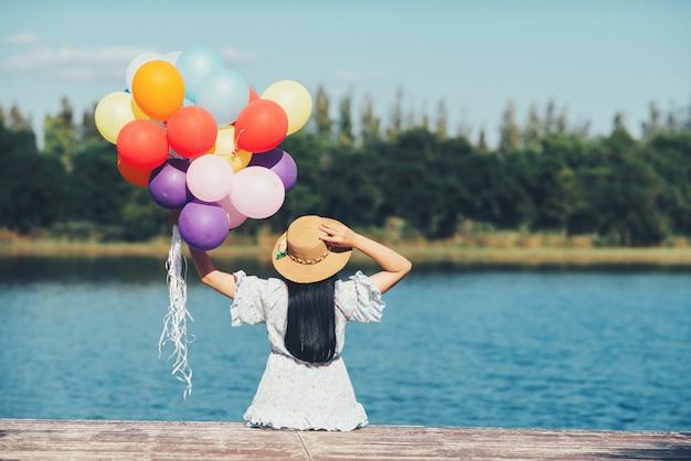 Retrato al aire libre de una mujer hermosa Foto gratis