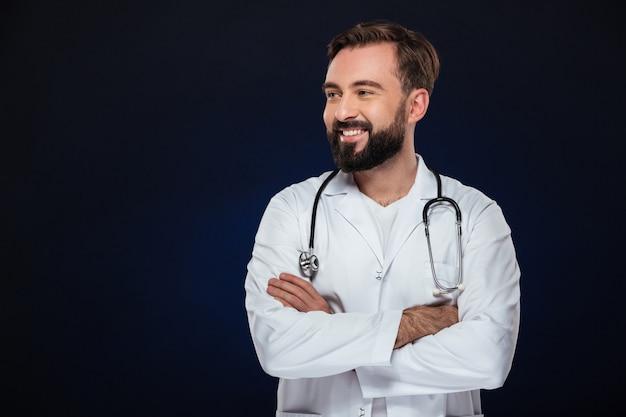 Retrato de un alegre doctor hombre vestido con uniforme Foto gratis