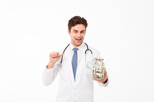 Retrato de un alegre feliz médico masculino vestido Foto gratis