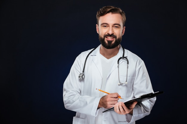 Retrato de un amable médico hombre vestido con uniforme Foto gratis