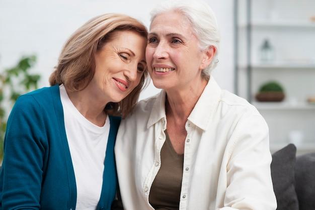 Retrato ancianos amigos juntos Foto gratis