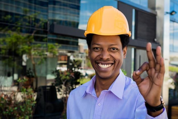Retrato del arquitecto afroamericano en casco Foto Premium