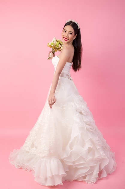 Retrato asiático hermoso de la novia en estudio rosado Foto gratis
