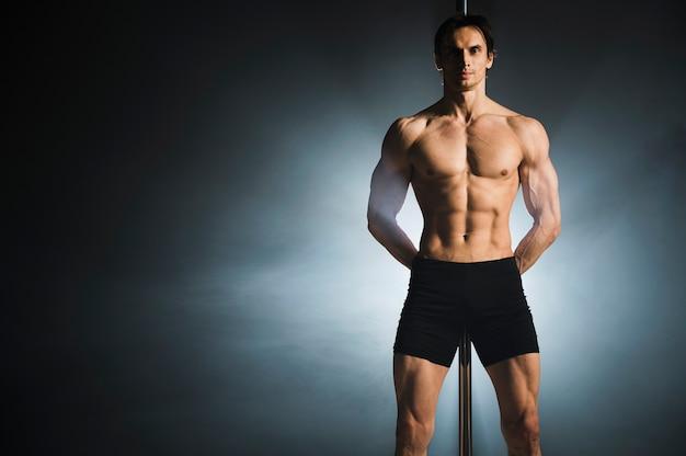 Retrato de atractivo modelo masculino posando Foto gratis