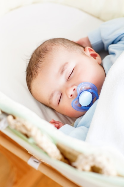 Retrato de un bebé dormido acostado en su cuna con su dumm ... 17803f981f9