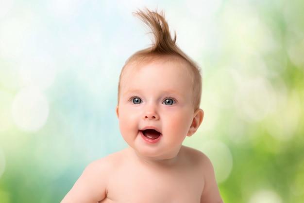 Retrato de bebé sobre un fondo claro Foto Premium