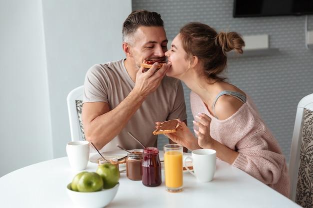 Retrato de una bella pareja amorosa Foto gratis
