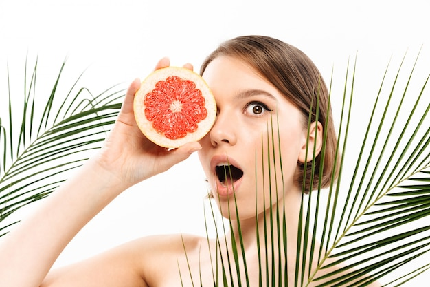 Retrato de la belleza de una excitada mujer semidesnuda Foto gratis