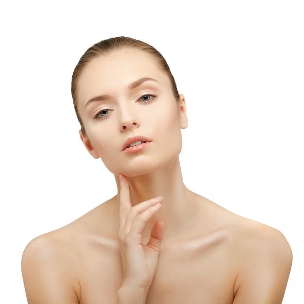 Retrato de belleza hermosa mujer tocando su rostro. piel fresca y perfecta. aislado en blanco modelo de belleza pura Foto Premium