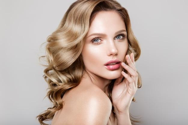 Retrato de belleza de modelo con maquillaje natural Foto Premium