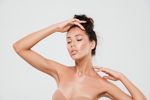 Retrato de belleza de una mujer joven y bonita con piel sana Foto gratis